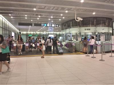 MRTは黄色のラインから飲食禁止