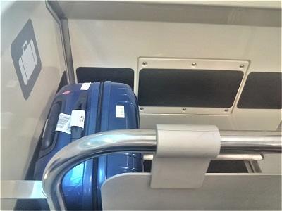 桃園空港MRT直達車のスーツケース置き場