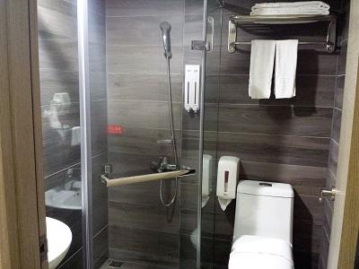 台北のホテルファンリンセンの個室のシャワー