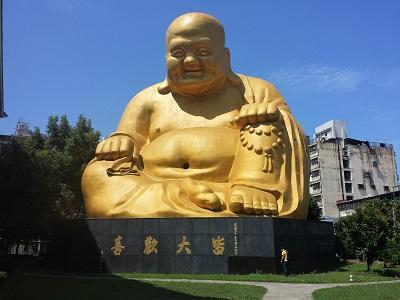 台中の宝覚寺で金色の大仏を観光