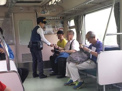 十分から瑞芳までの電車内で切符のチェック