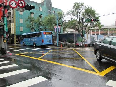 九份行きバス停の瑞芳火車站(区民広場)