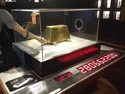 黄金博物館の黄金館の金塊