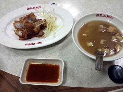 龍山寺の周記肉粥店でローカルな朝食