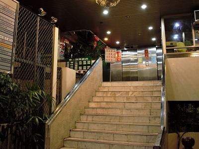 東一排骨総店の入り口前の階段