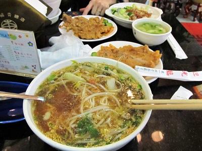 西門町で有名な東一排骨総店の排骨飯と排骨麺