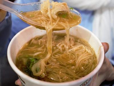 阿宗麺線はレンゲで食べる