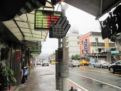 淡水方面の金山バス停