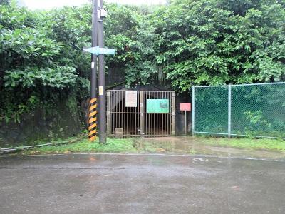 長仁社区バス停近くのトンネル