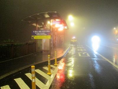 雨の日の九份老街バス停