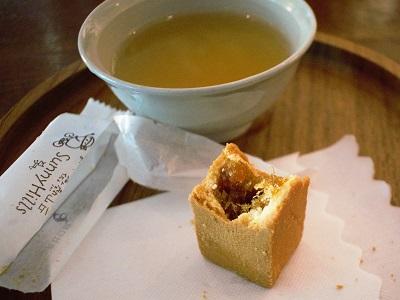 サニーヒルズのパイナップルケーキの餡は甘さ控えめ繊維たっぷりのパイン100%