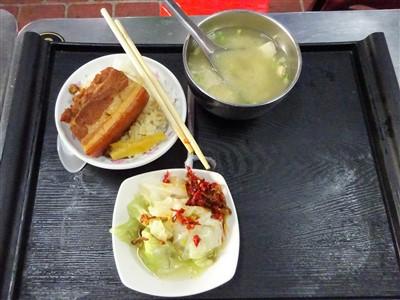 山河魯肉飯の魯肉飯・味噌汁・副菜キャベツ