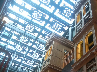 宮原眼科の天井ガラス