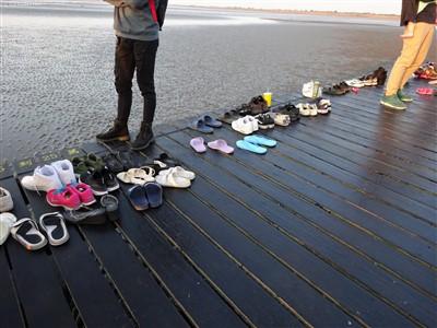 高美湿地の遊歩道に置かれた靴